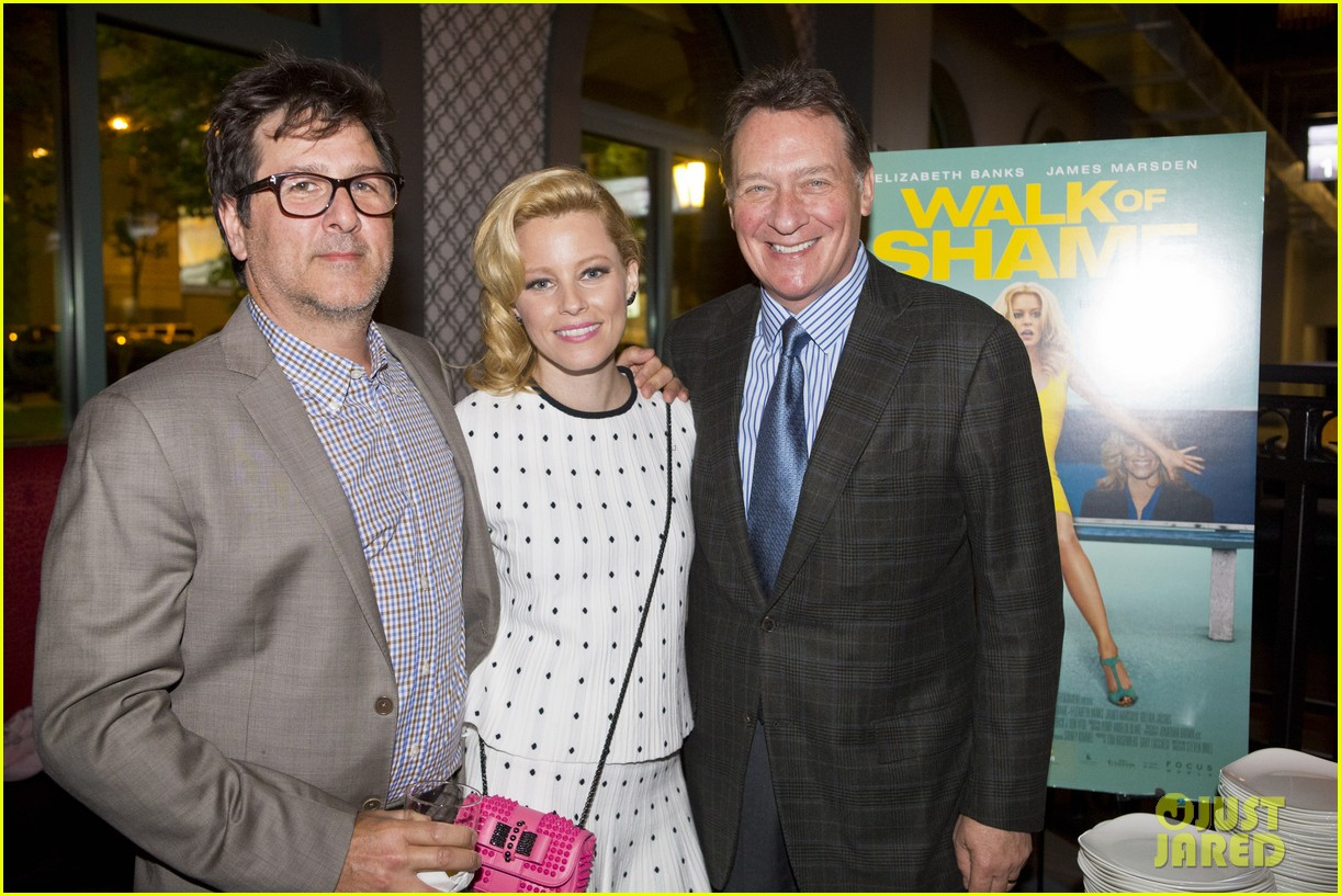 elizabeth banks attends screening for walk of shame watch the trailer now 013098073
