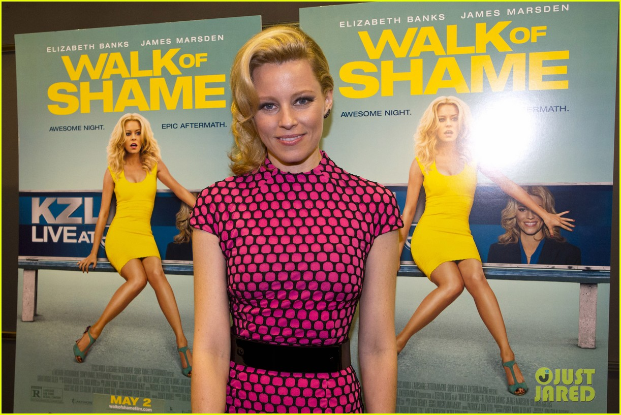 elizabeth banks attends screening for walk of shame watch the trailer now 043098076
