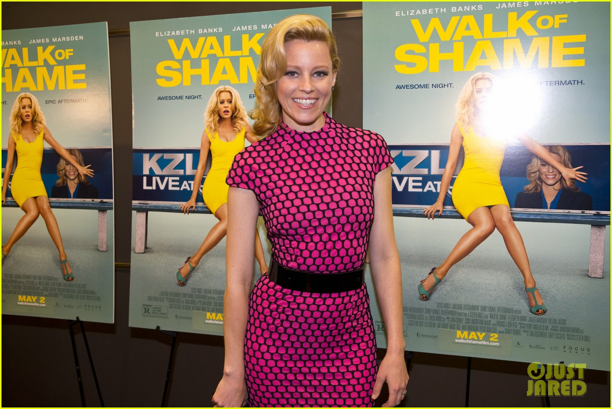 elizabeth banks attends screening for walk of shame watch the trailer now 103098082