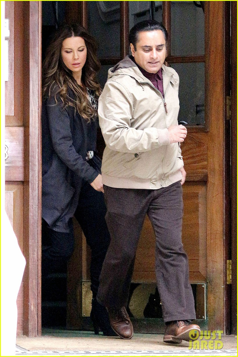 kate beckinsale gets the giggles on absolutely anything set 053097613