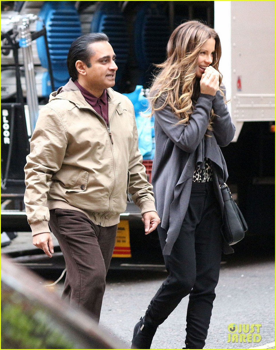 kate beckinsale gets the giggles on absolutely anything set 093097617
