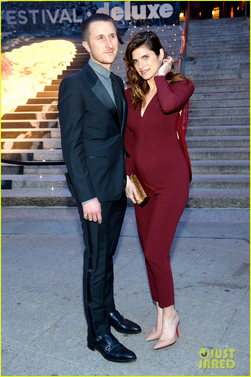 lake bell pregnant with first child reveals tiny baby bump 053097777
