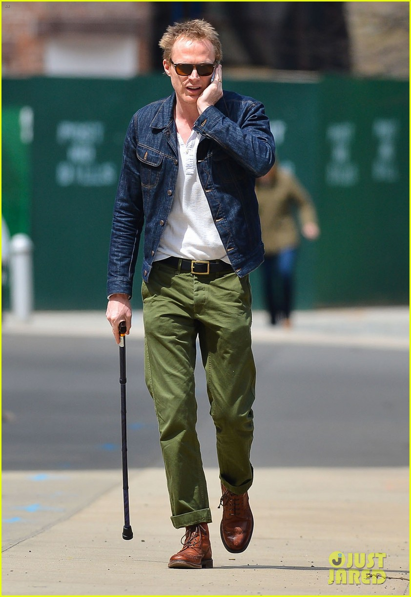 paul bettany uses a cane to walk 013097255