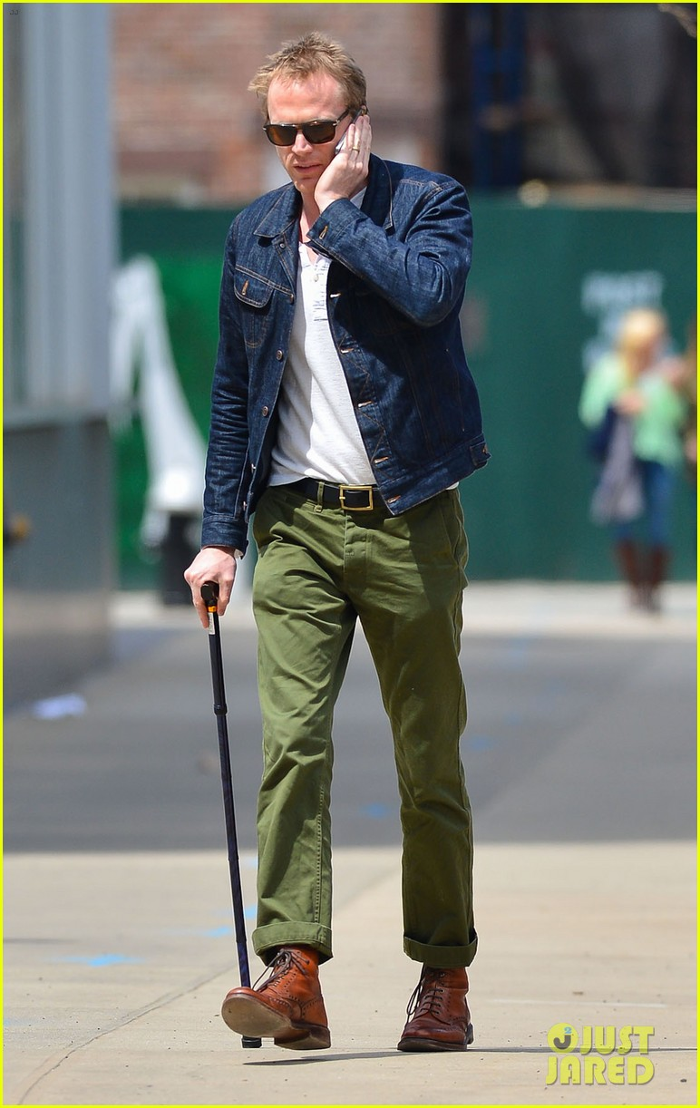 paul bettany uses a cane to walk 033097257