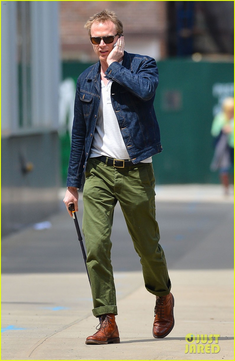 paul bettany uses a cane to walk 043097258