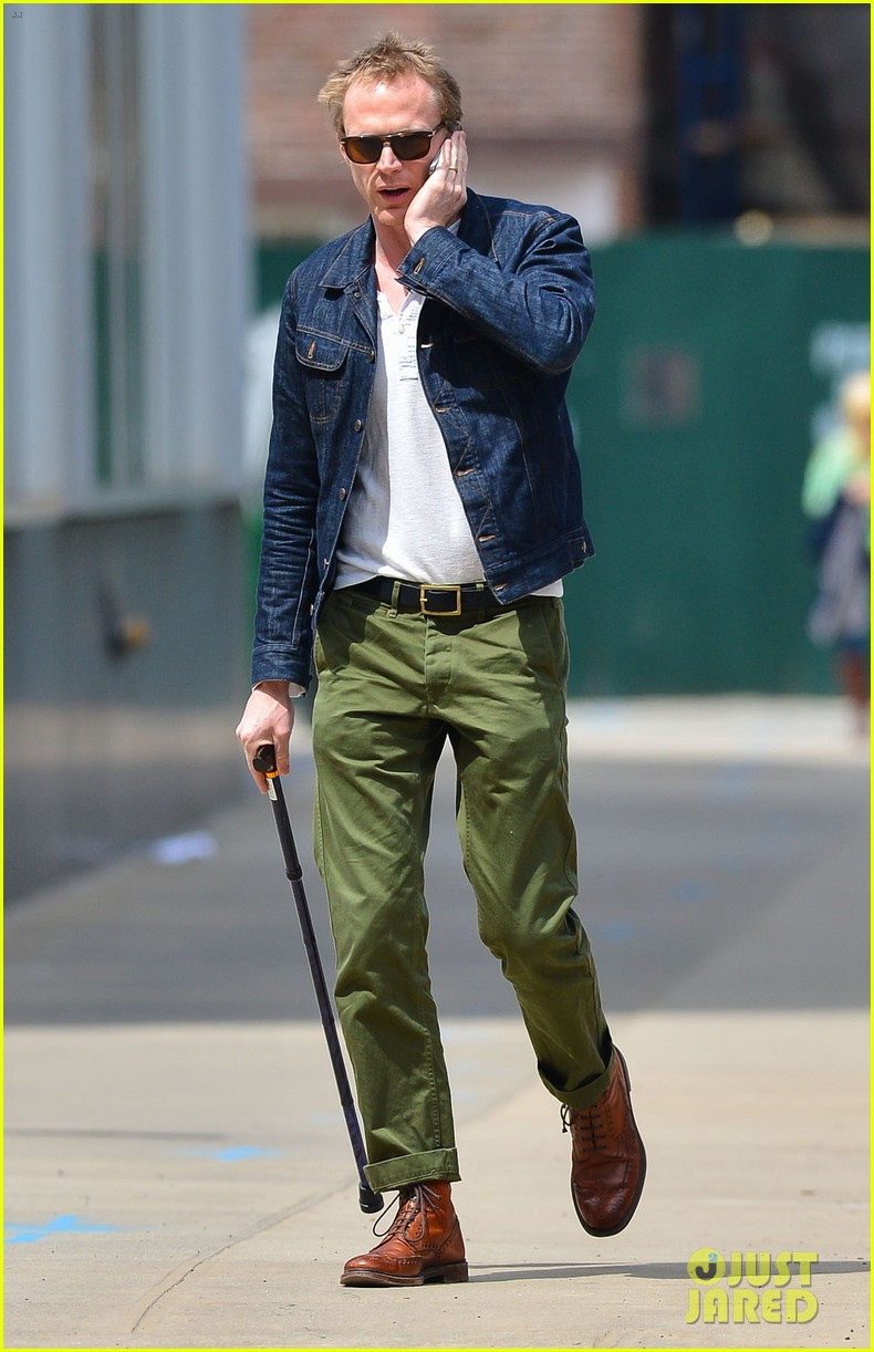 paul bettany uses a cane to walk 053097259