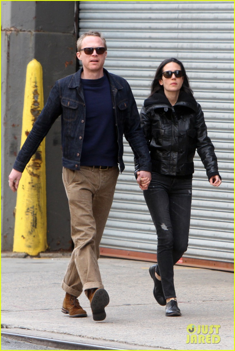 paul bettany holds jennifer connellys hand instead of a cane 01
