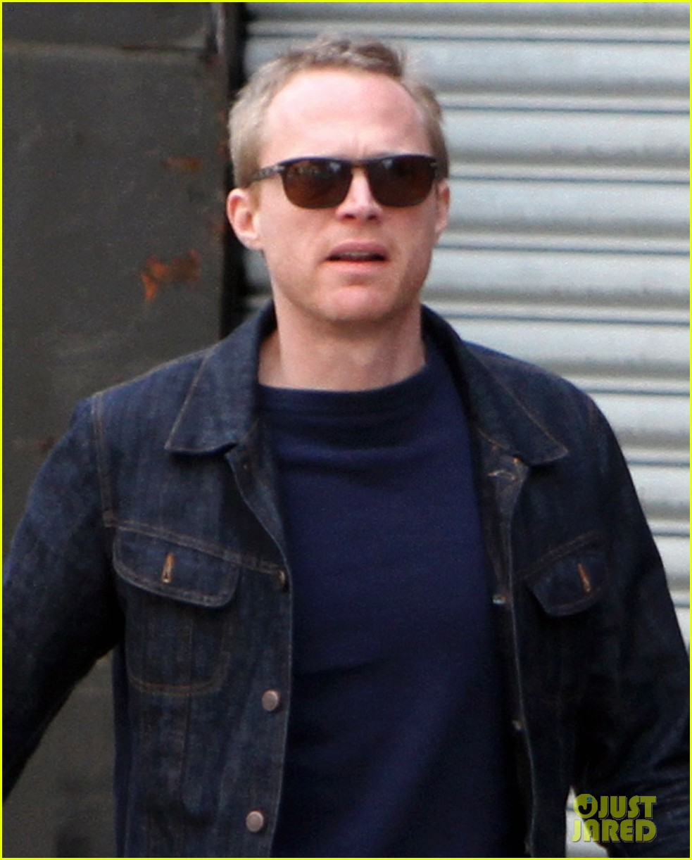 paul bettany holds jennifer connellys hand instead of a cane 033100113