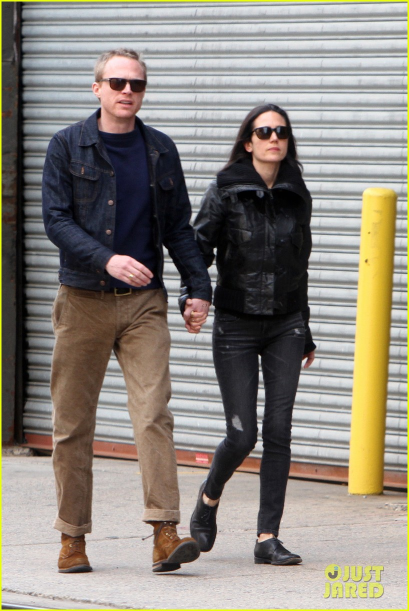 paul bettany holds jennifer connellys hand instead of a cane 043100114