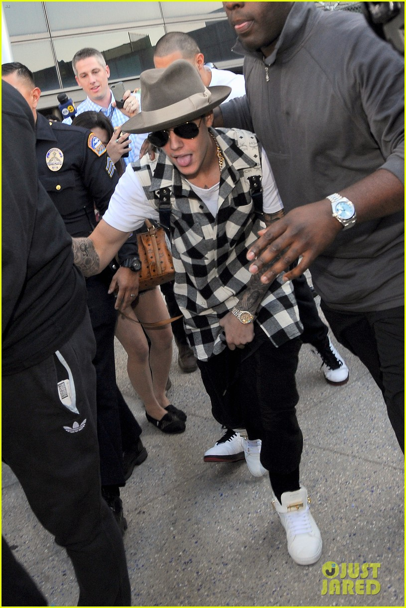 justin bieber gets released by customs at lax airport 103098638