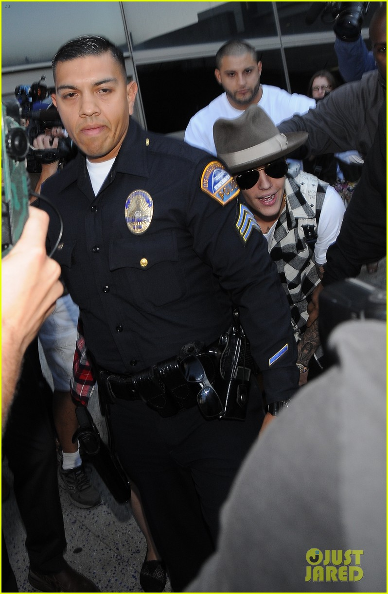 justin bieber gets released by customs at lax airport 14