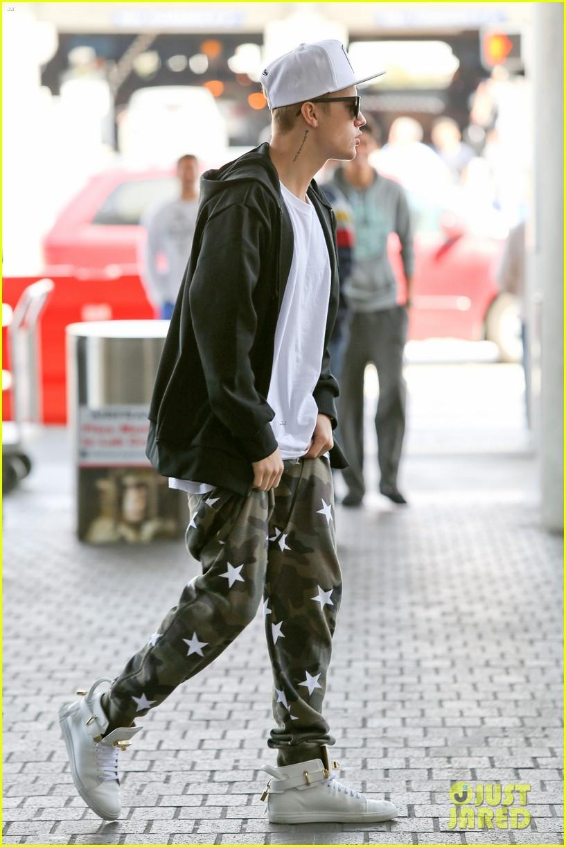 justin bieber pants slide down low airport 053096155