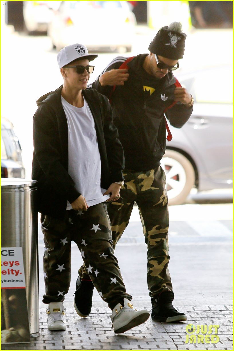 justin bieber pants slide down low airport 133096163