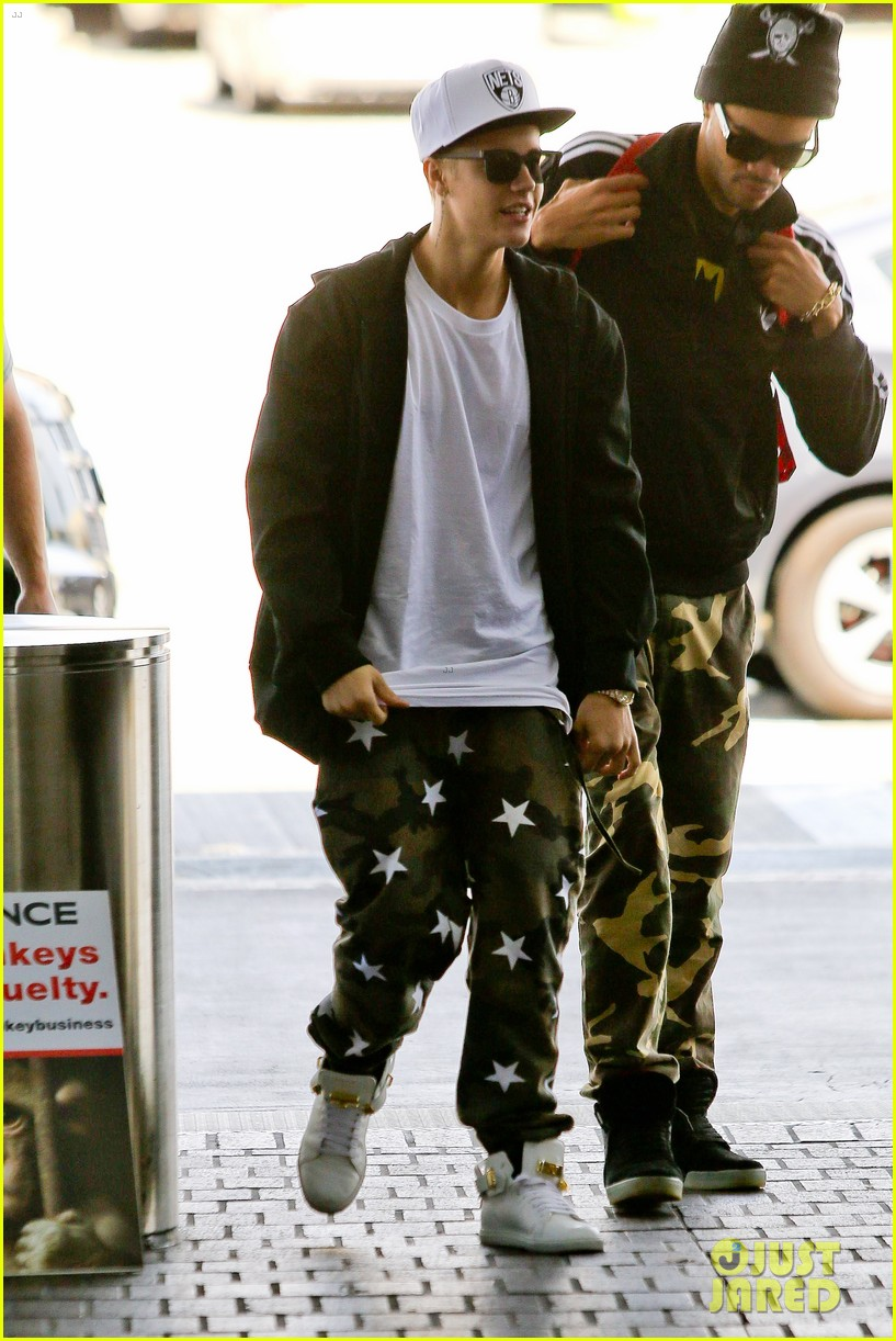 justin bieber pants slide down low airport 163096166