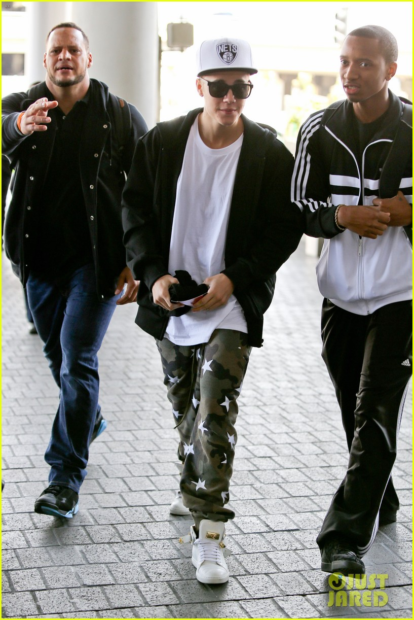 justin bieber pants slide down low airport 203096170