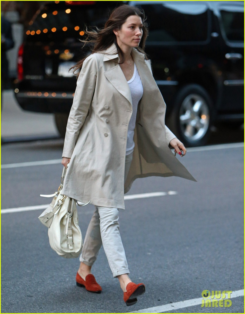 jessica biel amazed by people in pajamas at airports 013092247