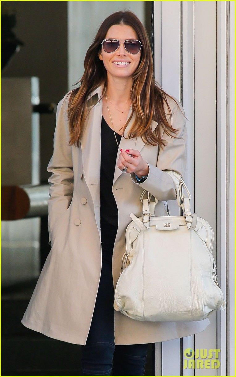 jessica biel amazed by people in pajamas at airports 023092248