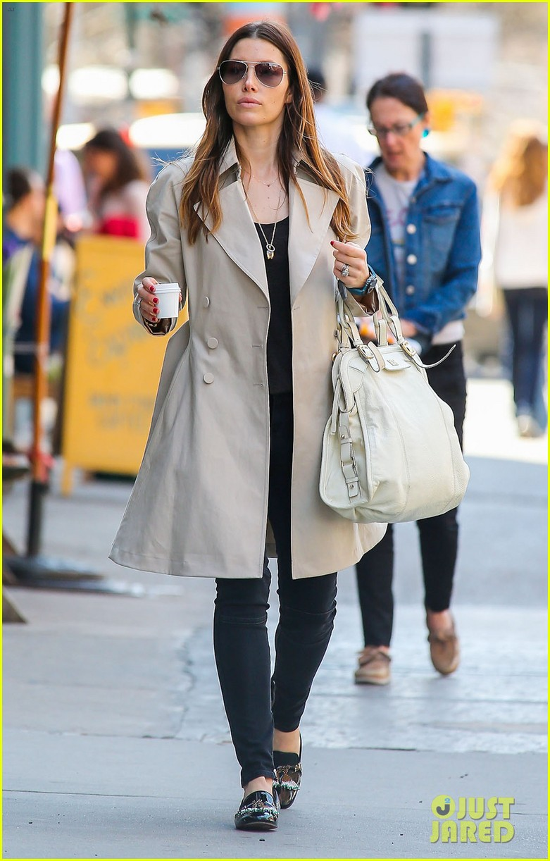 jessica biel amazed by people in pajamas at airports 03