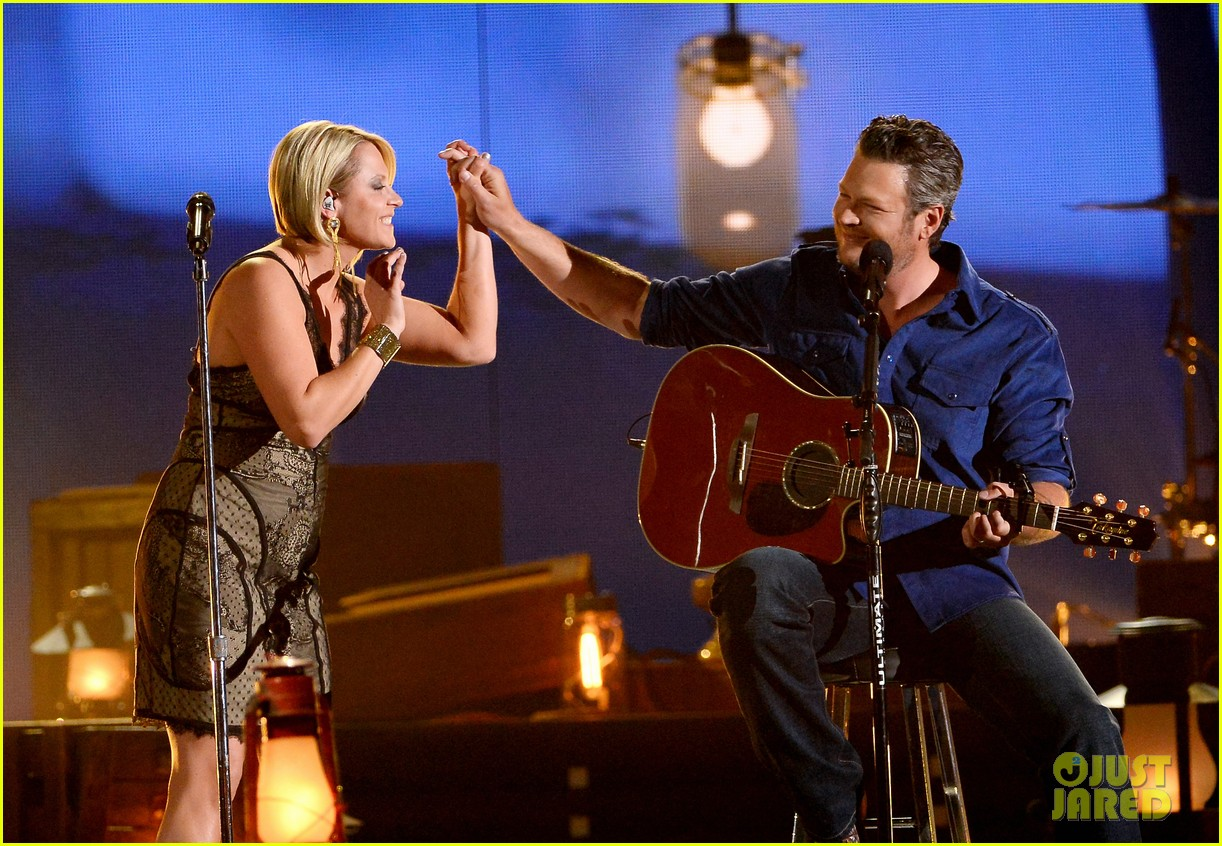 blake shelton gwen sebastian duet my eyes at acm awards 2014 013085943