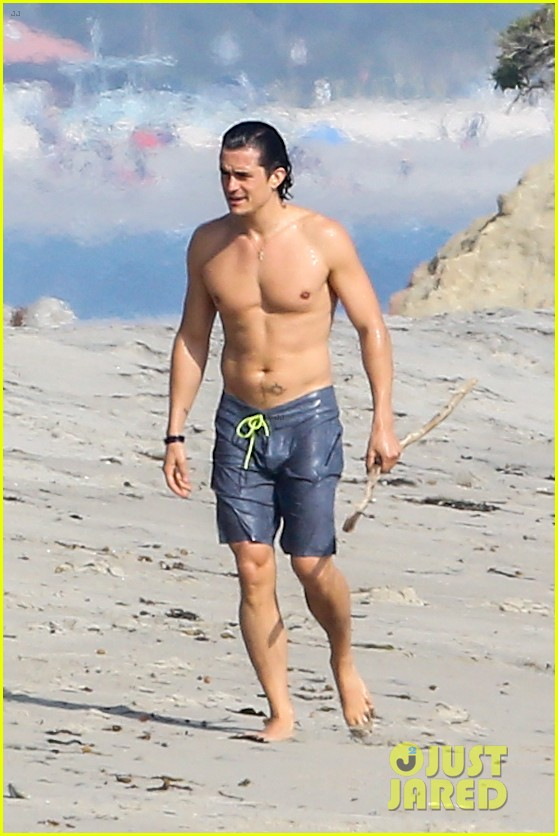 orlando bloom shirtless beach body 013096183