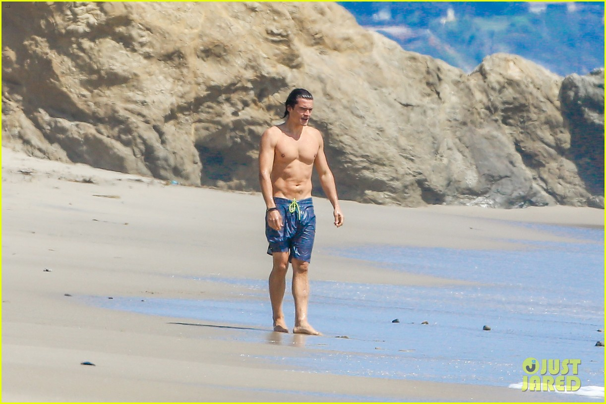 orlando bloom shirtless beach body 053096187