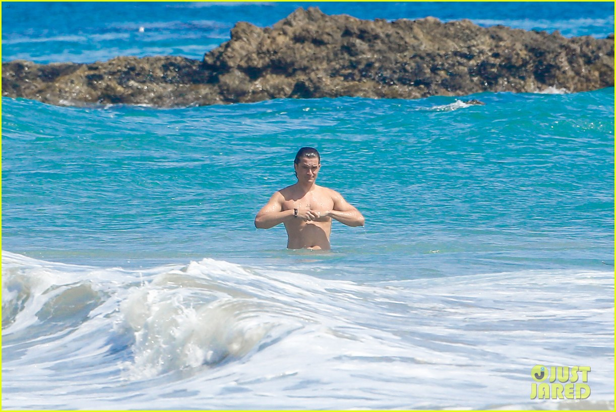 orlando bloom shirtless beach body 323096214