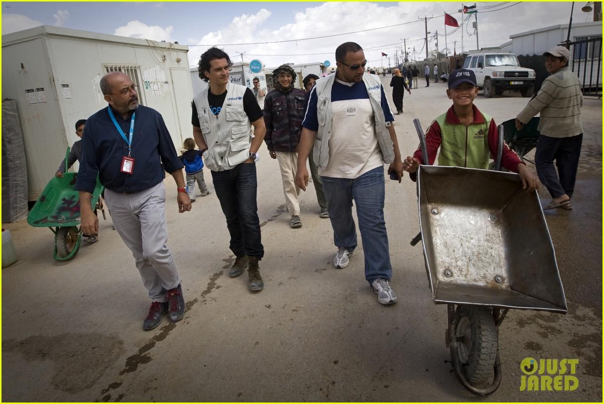 orlando bloom visits syrian refugees in jordan 013091848