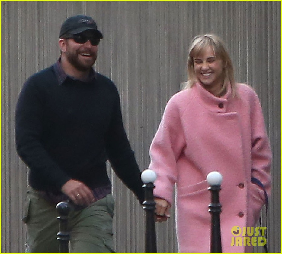 bradley cooper suki waterhouse romantic stroll paris 013095784