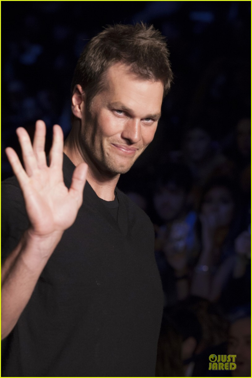 gisele bundchen cheered by tom brady at colcci fashion show 113083662