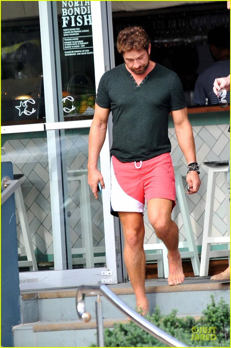 gerard butler barefoot confidence at bondi beach 053083737