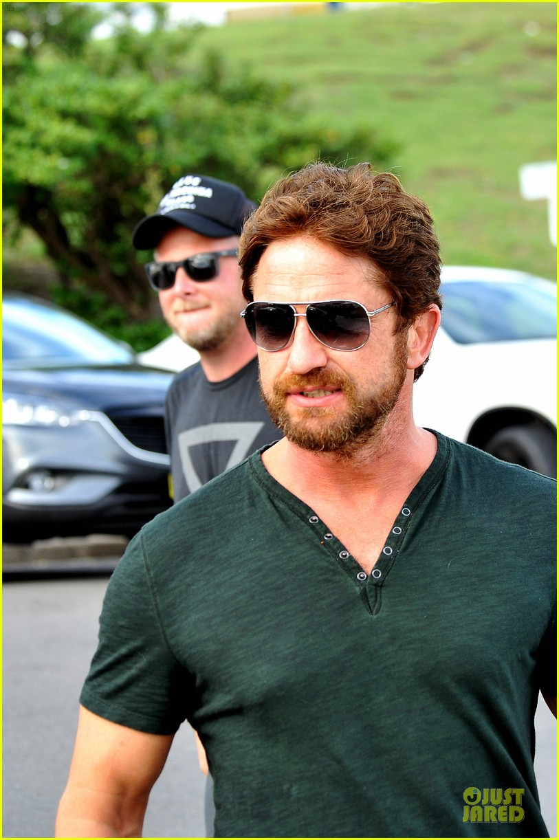 gerard butler barefoot confidence at bondi beach 10