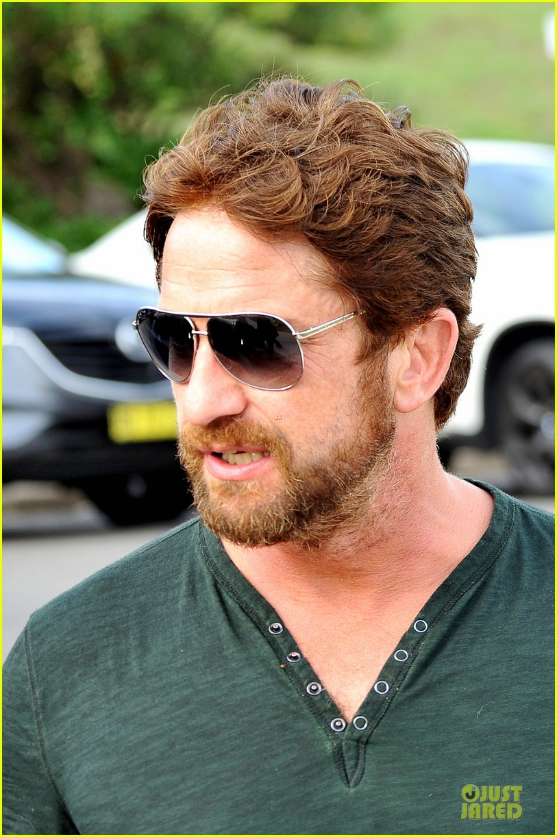 gerard butler barefoot confidence at bondi beach 11