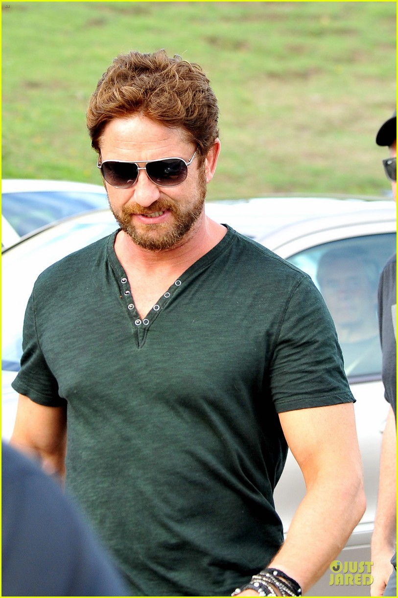 gerard butler barefoot confidence at bondi beach 12