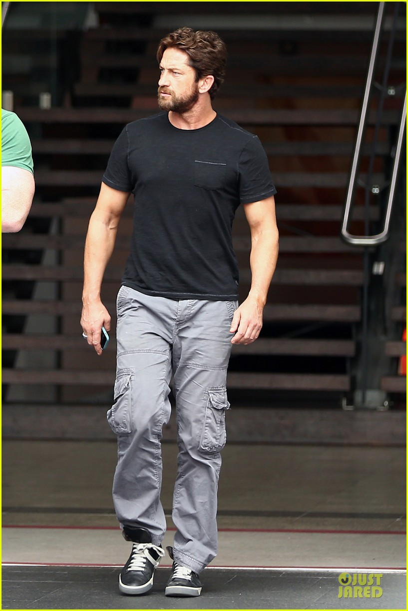 gerard butler oozes sex appeal with tight tee 013087145