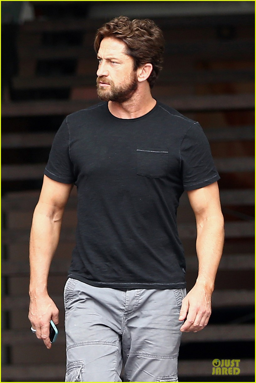 gerard butler oozes sex appeal with tight tee 043087148