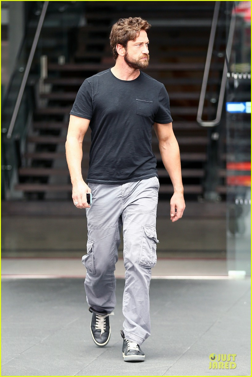 gerard butler oozes sex appeal with tight tee 063087150