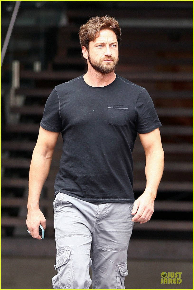 gerard butler oozes sex appeal with tight tee 073087151