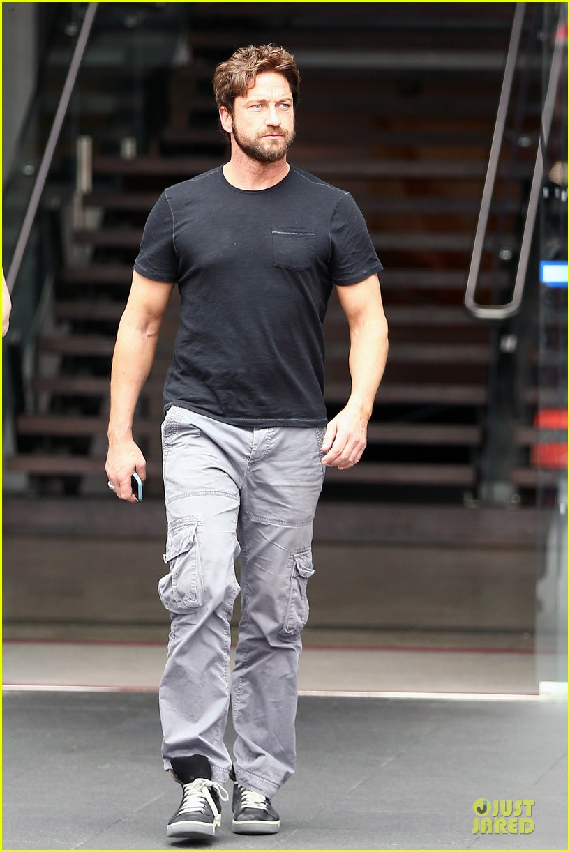 gerard butler oozes sex appeal with tight tee 083087152