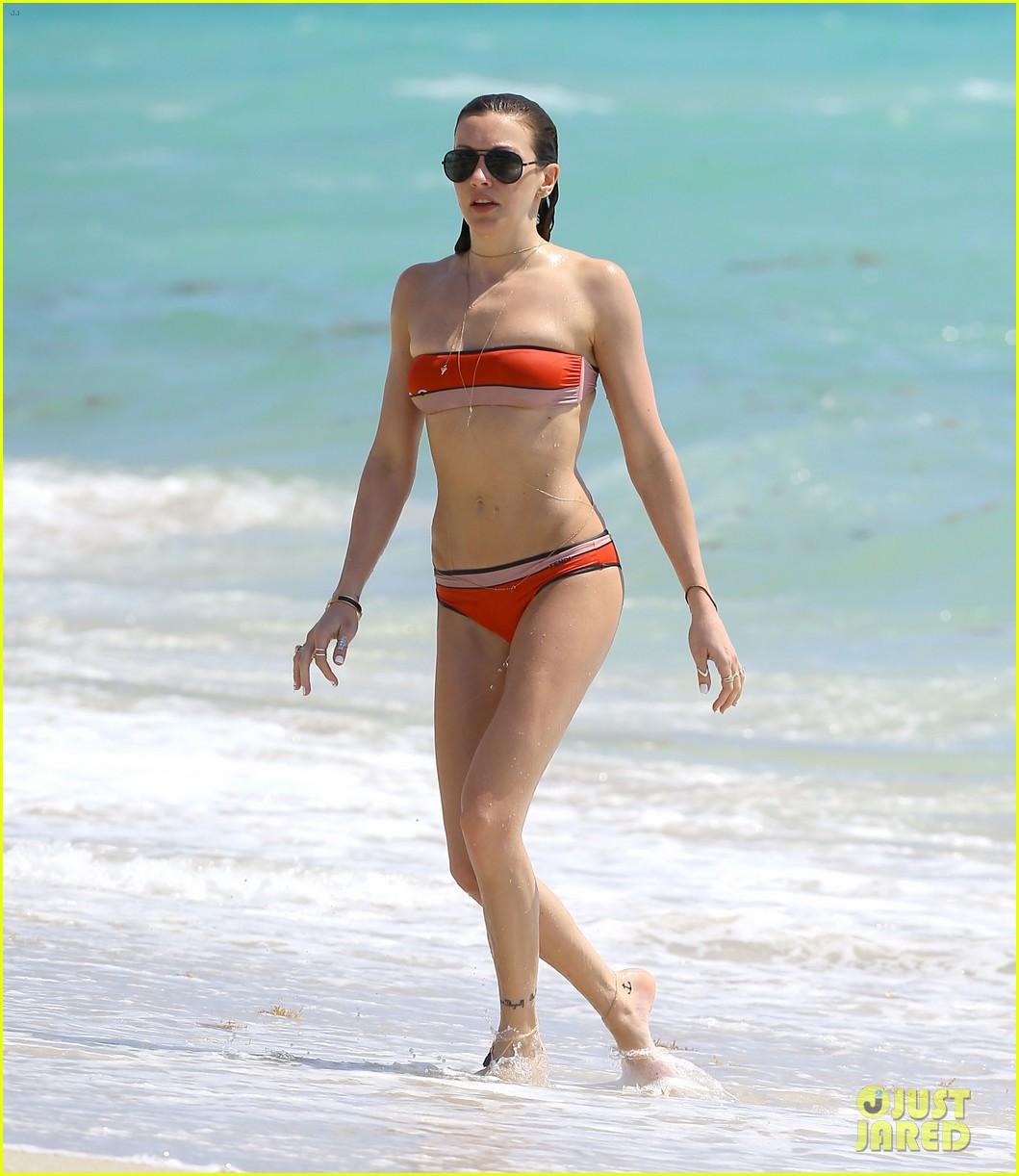 arrows katie cassidy shows off amazing body in tiny bikini 033102010