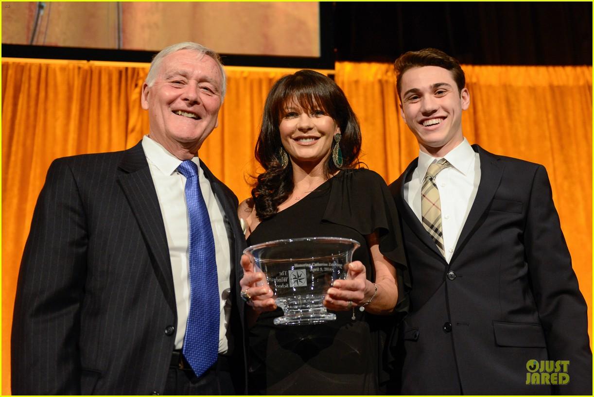 catherine zeta jones michael douglas honored at windward shool 033087325