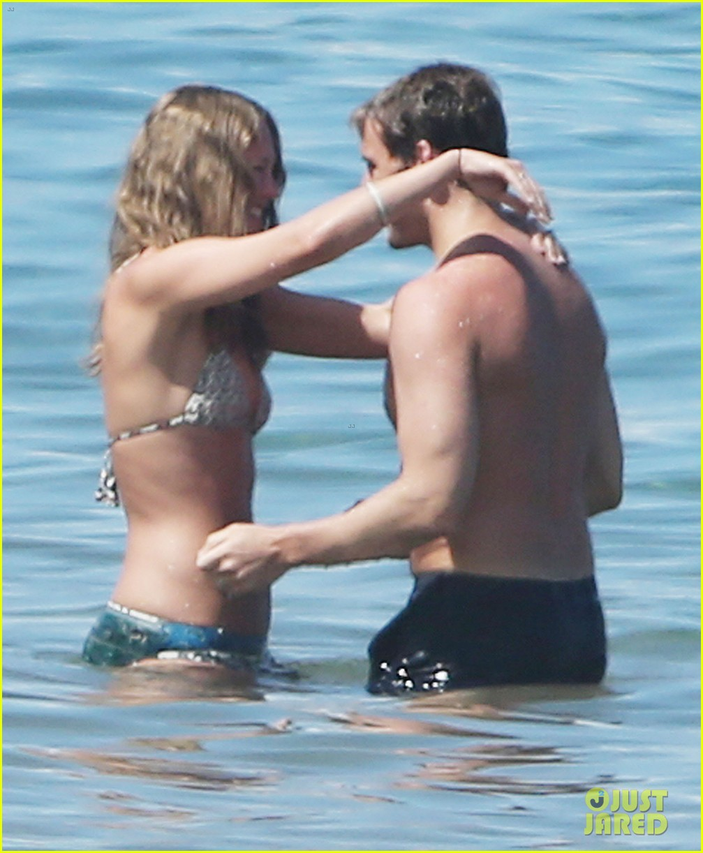 sam claflin goes shirtless again in hawaii 01