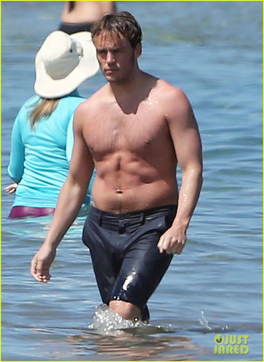 sam claflin goes shirtless again in hawaii 043101327