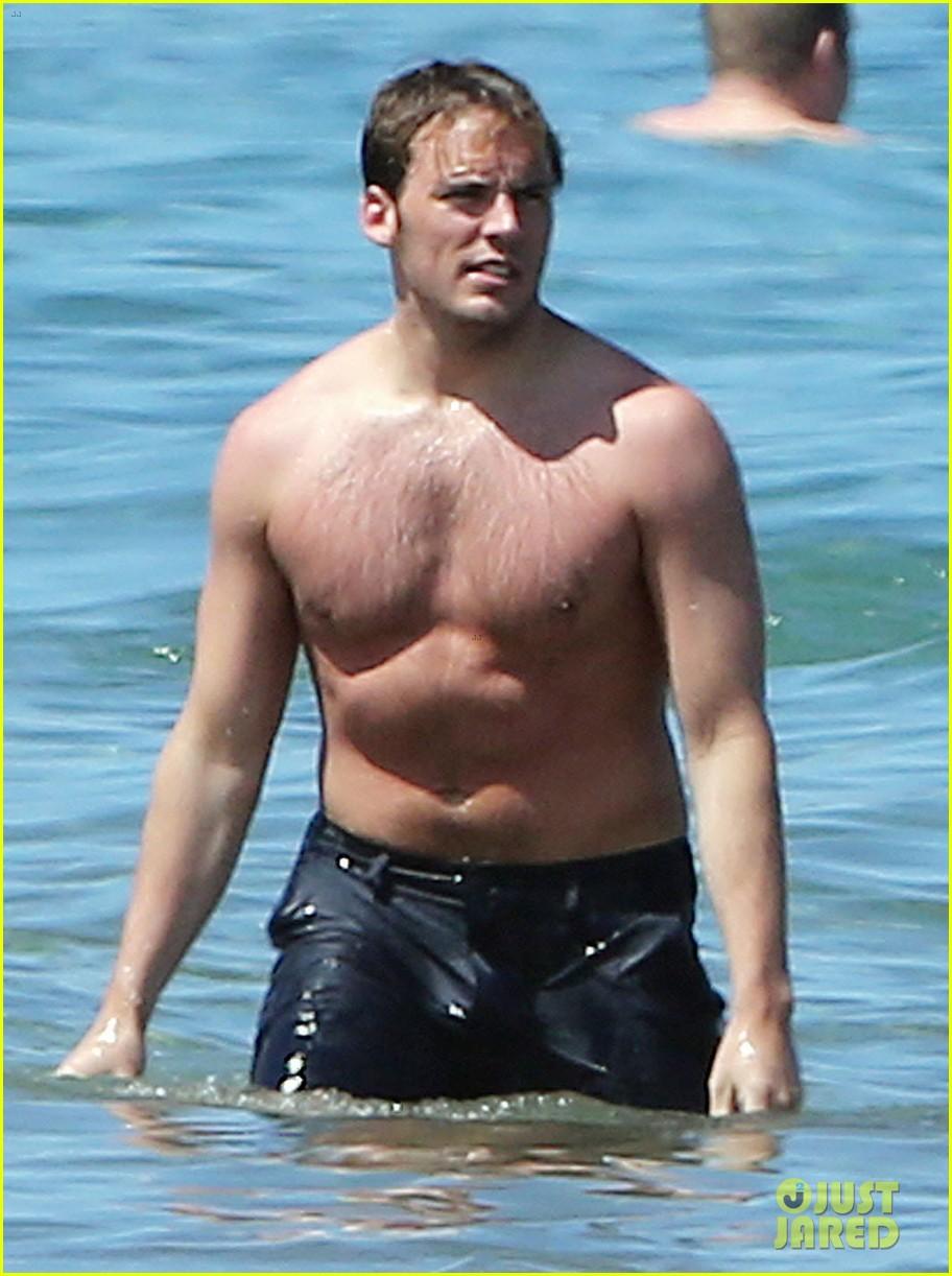 sam claflin goes shirtless again in hawaii 103101333