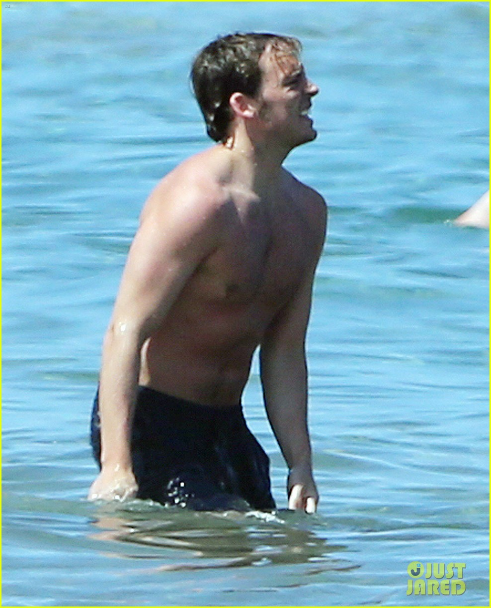 sam claflin goes shirtless again in hawaii 113101334
