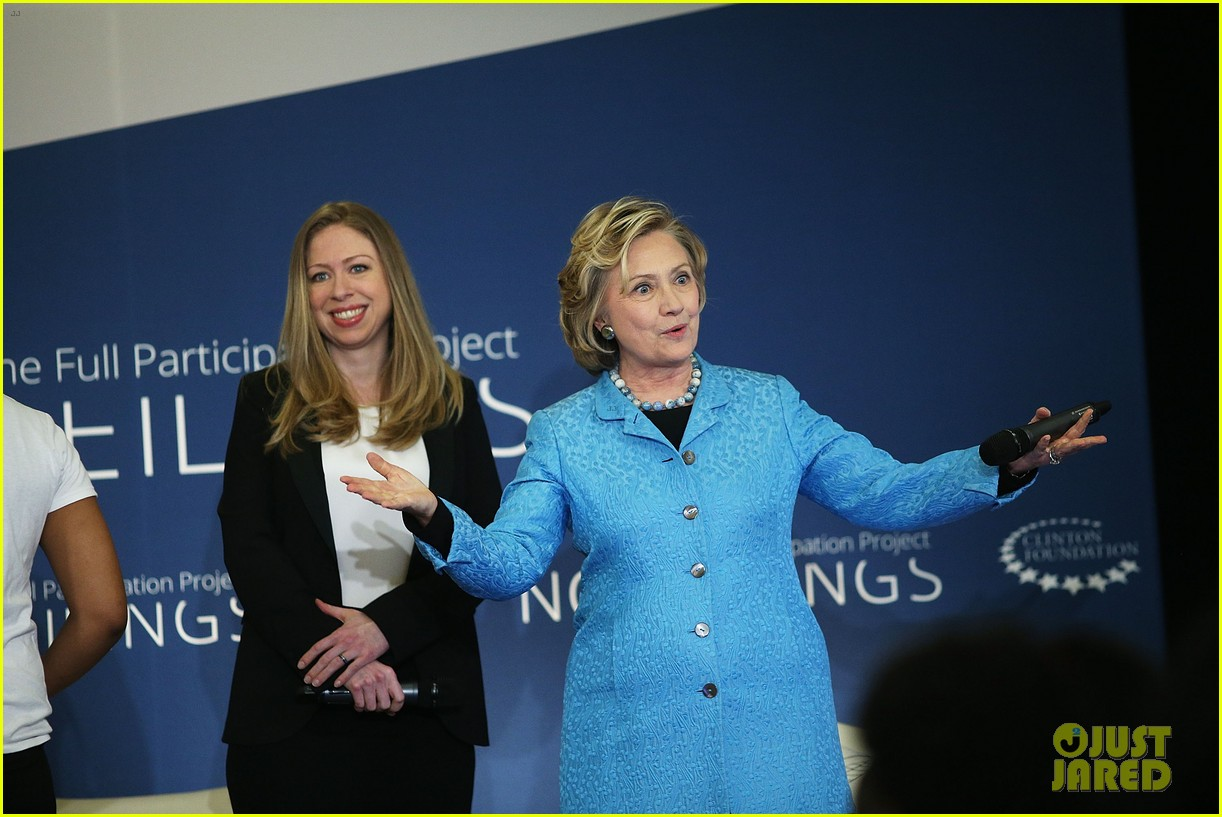 pregnant chelsea clinton hits red carpet 043094100