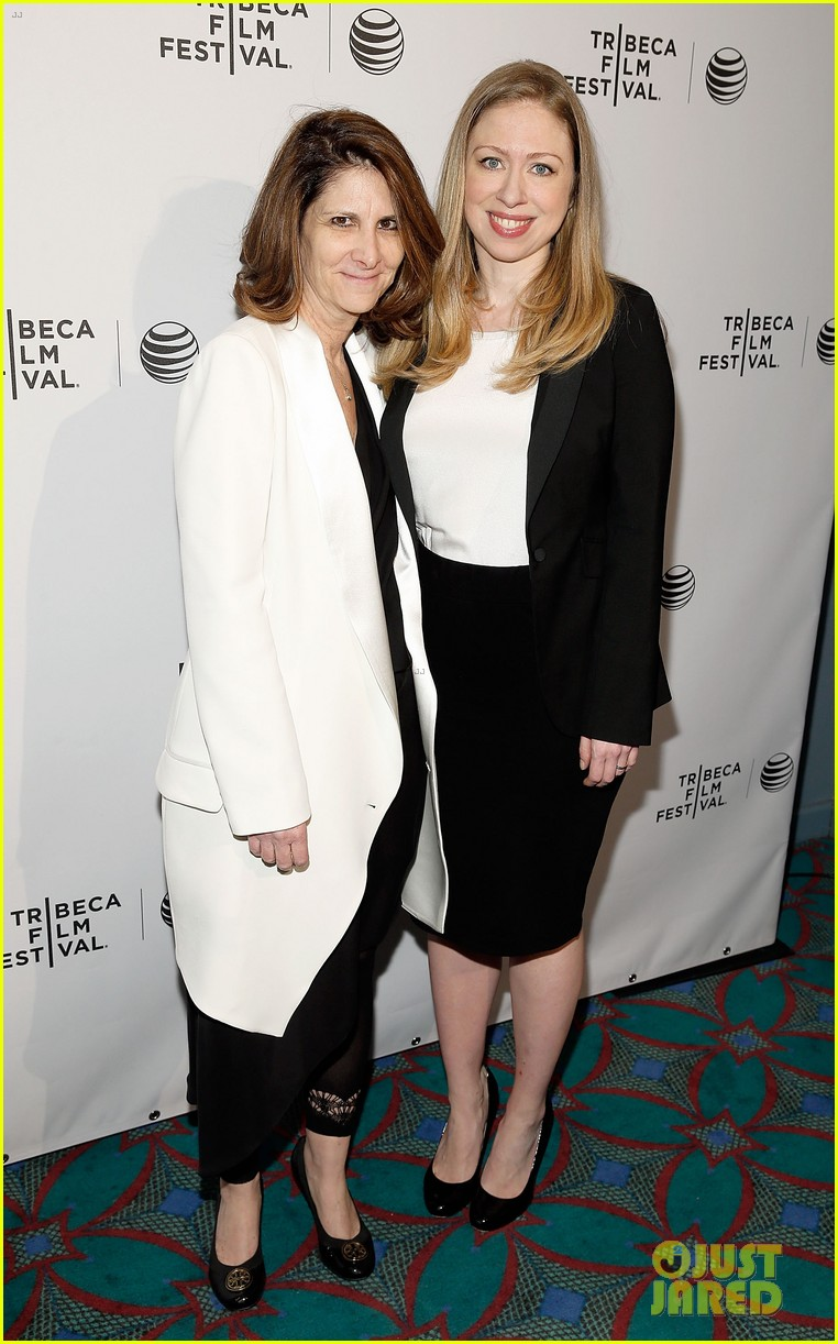 pregnant chelsea clinton hits red carpet 16