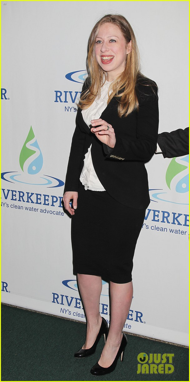 pregnant chelsea clinton makes appearance at riverkeeper event 033101829