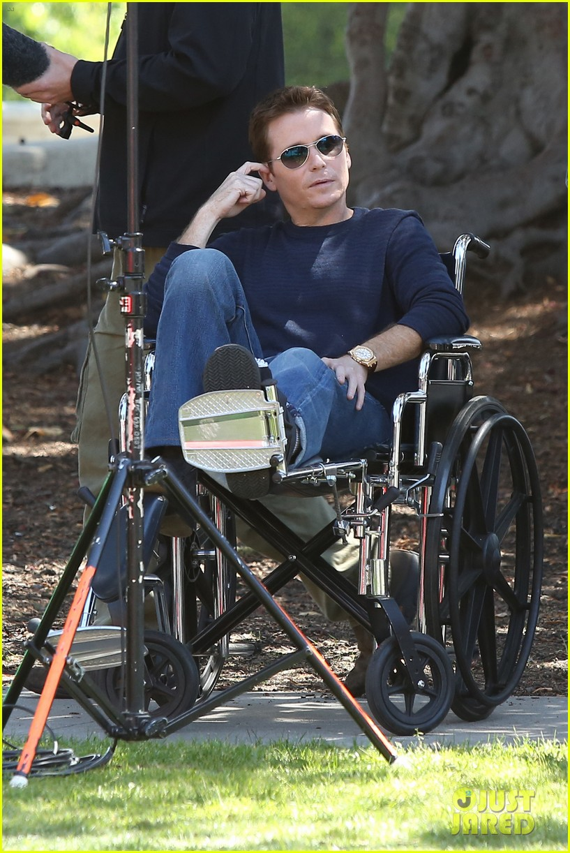 kevin connolly returns to entourage set after breaking his leg 083083813
