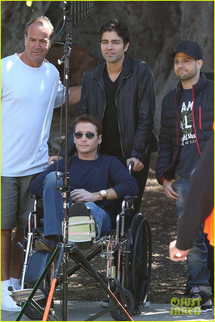 kevin connolly returns to entourage set after breaking his leg 113083816