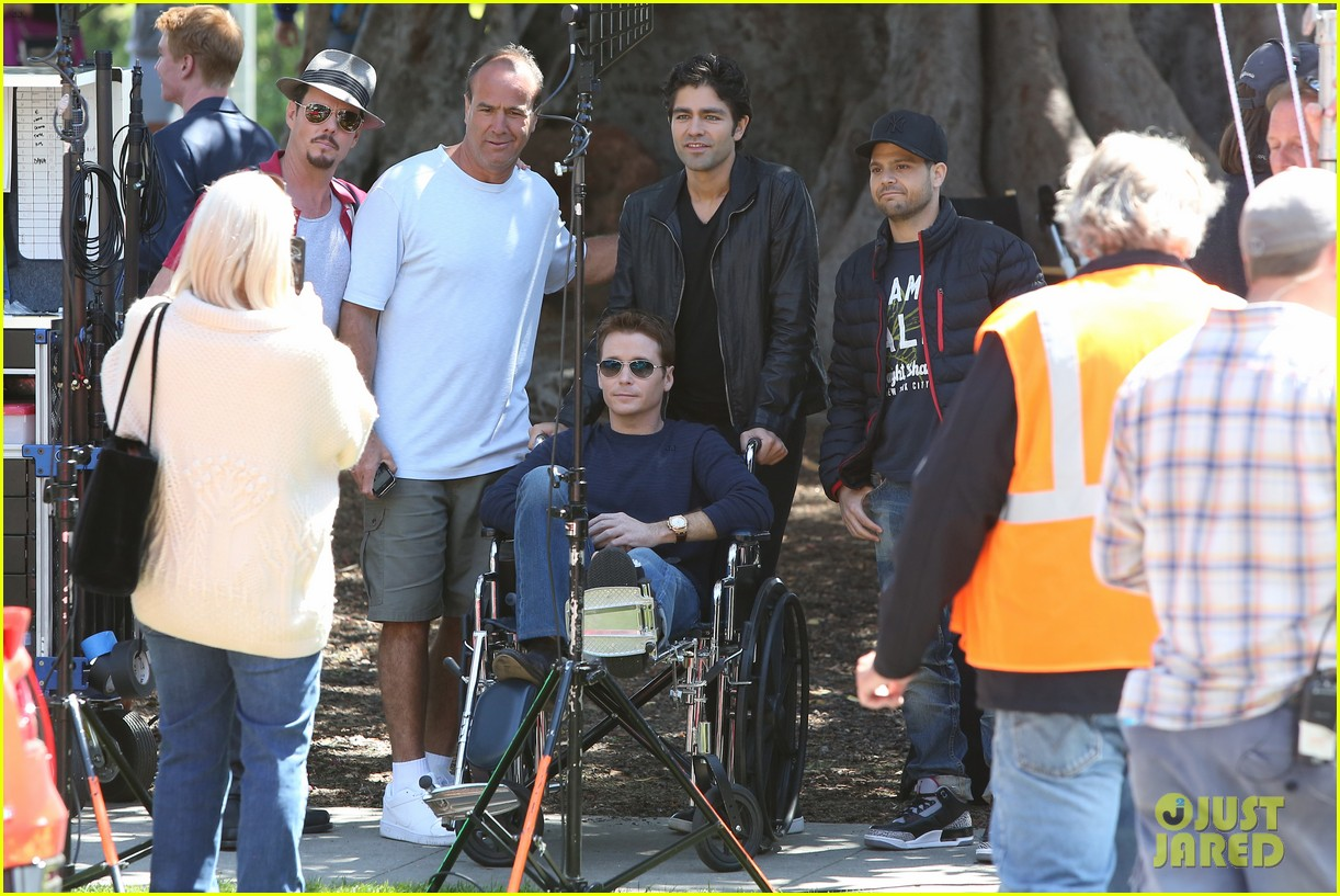 kevin connolly returns to entourage set after breaking his leg 123083817